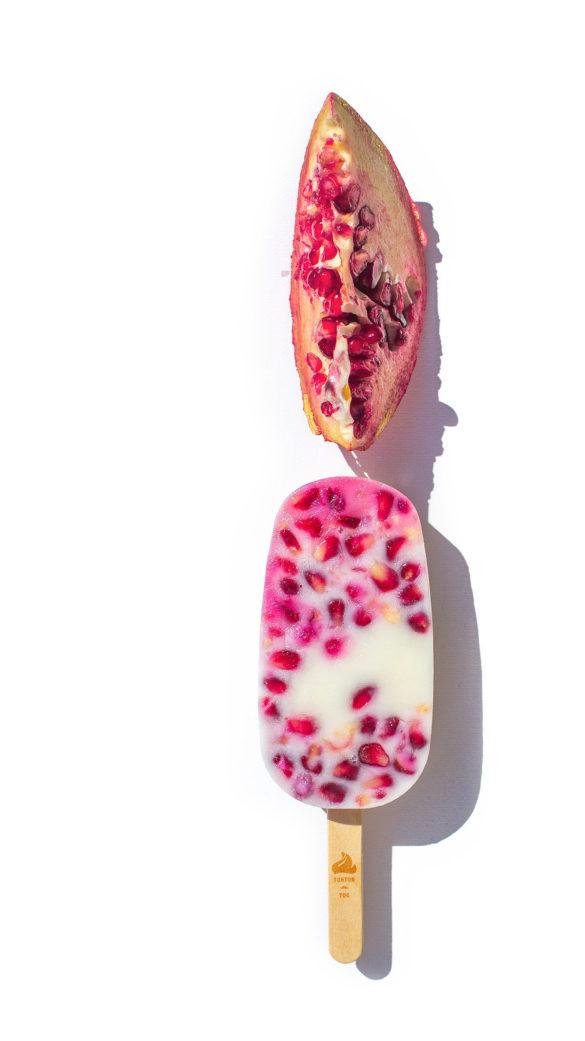 Un bâtonnet glacé naturel avec du yaourt et des fruits frais, ici le yaourt grenade