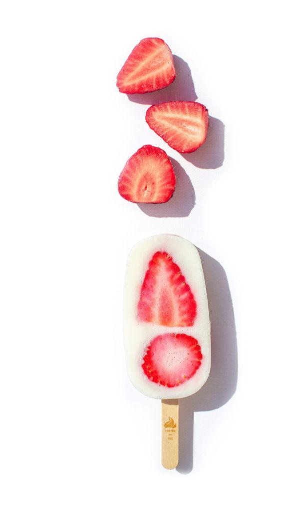 Un bâtonnet original et artisanal, l'ice pop yaourt glacé fraise
